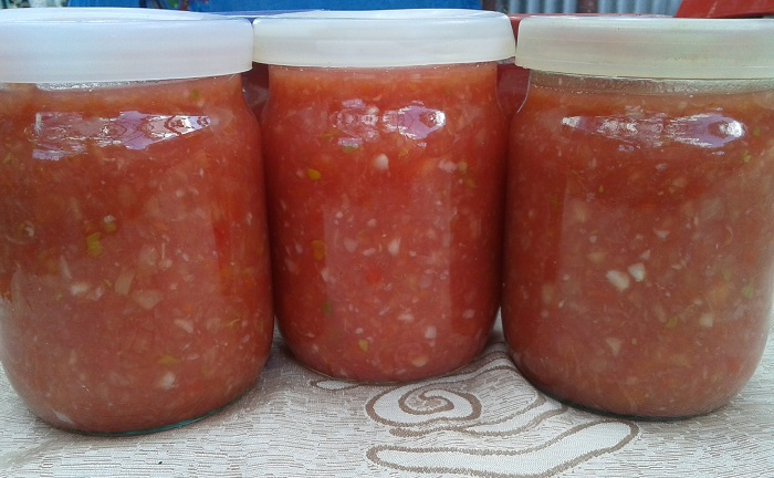 Аджика из помидор и хрена